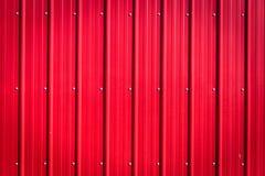 Κόκκινο ζαρωμένο κενό υπόβαθρο κασσίτερου με τα καρφιά Στοκ Φωτογραφίες