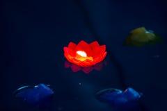 Κόκκινο ζωηρόχρωμος ή νερό λουλουδιών κεριών Στοκ Εικόνες
