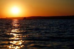 Κόκκινο ηλιοβασίλεμα πέρα από τη θάλασσα, ποταμός Βόλγας στοκ εικόνα με δικαίωμα ελεύθερης χρήσης