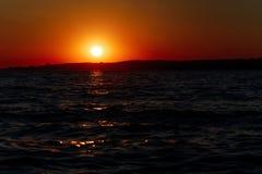 Κόκκινο ηλιοβασίλεμα πέρα από τη θάλασσα, ποταμός Βόλγας στοκ φωτογραφίες με δικαίωμα ελεύθερης χρήσης