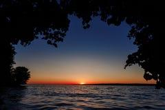 Κόκκινο ηλιοβασίλεμα πέρα από τη θάλασσα, ποταμός Βόλγας στοκ φωτογραφία