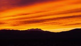 Κόκκινο ηλιοβασίλεμα πέρα από το δέντρο Καλιφόρνια του Joshua απόθεμα βίντεο