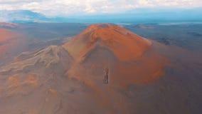 Κόκκινο ηφαίστειο Τοπίο ως πλανήτη Άρης, η κόκκινη γη Αναχώρηση από τα βουνά στον κηφήνα φιλμ μικρού μήκους