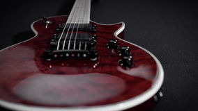 Κόκκινο ηλεκτρο όργανο μουσικής ροκ παιχνιδιού κιθάρων απόθεμα βίντεο