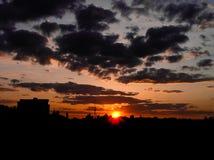 Κόκκινο ηλιοβασίλεμα με έναν πορφυρό ουρανό Στοκ εικόνες με δικαίωμα ελεύθερης χρήσης