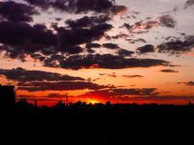 Κόκκινο ηλιοβασίλεμα με έναν πορφυρό ουρανό Στοκ Φωτογραφία