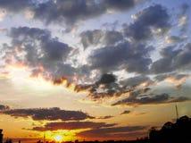 Κόκκινο ηλιοβασίλεμα με έναν πορφυρό ουρανό Στοκ φωτογραφία με δικαίωμα ελεύθερης χρήσης