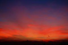 Κόκκινο ηλιοβασίλεμα με τον ορίζοντα Monviso στοκ εικόνα