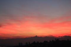 Κόκκινο ηλιοβασίλεμα με τον ορίζοντα Monviso στοκ φωτογραφίες
