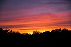 Κόκκινο ηλιοβασίλεμα πέρα από την πόλη Στοκ Φωτογραφίες