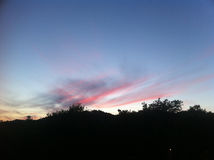 Κόκκινο ηλιοβασίλεμα πέρα από το λόφο Στοκ εικόνα με δικαίωμα ελεύθερης χρήσης
