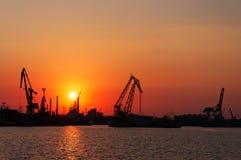 Κόκκινο ηλιοβασίλεμα στο θαλάσσιο λιμένα Στοκ Φωτογραφίες