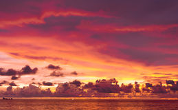 κόκκινο ηλιοβασίλεμα τοπίων χρωμάτων δονούμενο Στοκ φωτογραφία με δικαίωμα ελεύθερης χρήσης