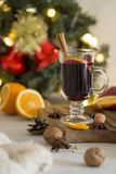Κόκκινο θερμαμένο κρασί Χριστουγέννων στο γυαλί στον ξύλινο πίνακα στο άσπρο υπόβαθρο στοκ εικόνες με δικαίωμα ελεύθερης χρήσης