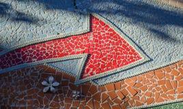 Κόκκινο διαγώνιο βέλος σε έναν κατασκευασμένο τοίχο Στοκ εικόνες με δικαίωμα ελεύθερης χρήσης