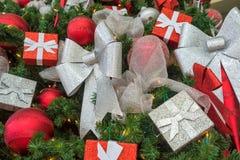 κόκκινο διακοσμήσεων Χριστουγέννων ανασκόπησης Στοκ εικόνες με δικαίωμα ελεύθερης χρήσης