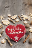 Κόκκινο διαμορφωμένο καρδιά μελόψωμο Χριστουγέννων Στοκ Εικόνα