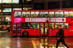 Κόκκινο διπλό λεωφορείο καταστρωμάτων στη θαμπάδα κινήσεων στην κυκλοφορία νύχτας του Λονδίνου Στοκ εικόνα με δικαίωμα ελεύθερης χρήσης