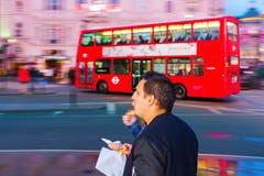 Κόκκινο διπλό λεωφορείο καταστρωμάτων στη θαμπάδα κινήσεων στο τσίρκο Piccadilly στο Λονδίνο, UK, τη νύχτα Στοκ Εικόνες
