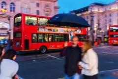 Κόκκινο διπλό λεωφορείο καταστρωμάτων στη θαμπάδα κινήσεων στο τσίρκο Piccadilly στο Λονδίνο, UK, τη νύχτα Στοκ εικόνες με δικαίωμα ελεύθερης χρήσης