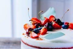 Κόκκινο κέικ βελούδου με τη διακόσμηση μούρων Στοκ Εικόνες