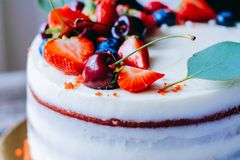 Κόκκινο κέικ βελούδου με τη διακόσμηση μούρων Στοκ φωτογραφία με δικαίωμα ελεύθερης χρήσης