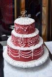 Κόκκινο κέικ σε έναν πίνακα στοκ εικόνα με δικαίωμα ελεύθερης χρήσης