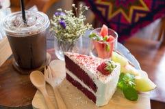 Κόκκινο κέικ στον ξύλινο πίνακα στοκ εικόνες
