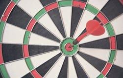 Κόκκινο κέντρο στόχων βελών του dartboard επιχειρησιακός στόχος έννοιας στοκ φωτογραφίες με δικαίωμα ελεύθερης χρήσης