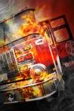 Κόκκινο καίγοντας φορτηγό διάσωσης πυρκαγιάς με τις φλόγες Στοκ Φωτογραφία