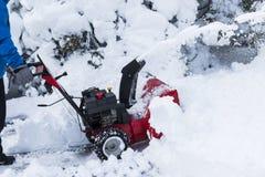 Κόκκινο καθαρίζοντας driveway ανεμιστήρων χιονιού Στοκ φωτογραφίες με δικαίωμα ελεύθερης χρήσης