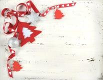 Κόκκινο και άσπρο αισθητό Χριστούγεννα δέντρο στο άσπρο εκλεκτής ποιότητας ξύλο Στοκ Φωτογραφία