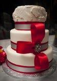 Κόκκινο και άσπρο γαμήλιο κέικ στοκ εικόνες