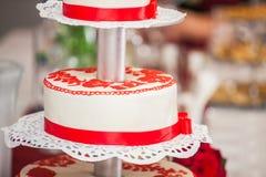 Κόκκινο και άσπρο γαμήλιο κέικ Στοκ φωτογραφία με δικαίωμα ελεύθερης χρήσης