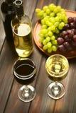 Κόκκινο και άσπρο κρασί στα γυαλιά Στοκ φωτογραφία με δικαίωμα ελεύθερης χρήσης