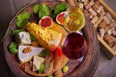 Κόκκινο και άσπρο κρασί στο κελάρι κρασιού στοκ φωτογραφίες με δικαίωμα ελεύθερης χρήσης