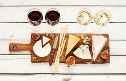 Κόκκινο και άσπρο κρασί συν τα διαφορετικά είδη τυριών (cheeseboard) Στοκ φωτογραφία με δικαίωμα ελεύθερης χρήσης