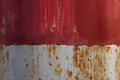 Κόκκινο και άσπρο οξυδωμένο μέταλλο Στοκ Εικόνες
