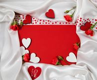 Κόκκινο και άσπρο πλαίσιο για τα συγχαρητήρια με τα τριαντάφυλλα και τις καρδιές Στοκ φωτογραφία με δικαίωμα ελεύθερης χρήσης