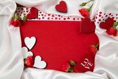 Κόκκινο και άσπρο πλαίσιο για τα συγχαρητήρια με τα τριαντάφυλλα και τις καρδιές Στοκ εικόνα με δικαίωμα ελεύθερης χρήσης