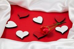 Κόκκινο και άσπρο πλαίσιο για τα συγχαρητήρια με τα τριαντάφυλλα και τις καρδιές Στοκ φωτογραφίες με δικαίωμα ελεύθερης χρήσης
