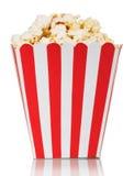 Κόκκινο και άσπρο ριγωτό τετραγωνικό κιβώτιο popcorn που απομονώνεται Στοκ φωτογραφία με δικαίωμα ελεύθερης χρήσης