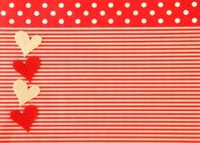 Κόκκινο και άσπρο υπόβαθρο με τις καρδιές, τα λωρίδες και τα σημεία Πόλκα Στοκ φωτογραφία με δικαίωμα ελεύθερης χρήσης