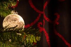 Κόκκινο και άσπρο χριστουγεννιάτικο δέντρο με τις σφαίρες διακοσμήσεων στοκ φωτογραφίες