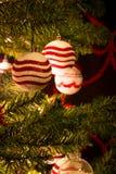Κόκκινο και άσπρο χριστουγεννιάτικο δέντρο με τις σφαίρες διακοσμήσεων στοκ φωτογραφία