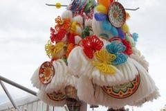 Κόκκινο και άσπρο martenitsi στην υπαίθρια αγορά για το martenici στην οδό Το Martenitsa ή το martenitza δίνεται την 1η Μαρτίου ω Στοκ Εικόνες
