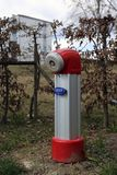 Κόκκινο και ασημένιο χρωματισμένο στόμιο υδροληψίας πυρκαγιάς στοκ φωτογραφίες με δικαίωμα ελεύθερης χρήσης