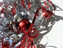 Κόκκινο και ασημένιο tinsel Χριστουγέννων Στοκ Φωτογραφίες