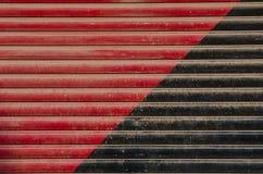 Κόκκινο και μαύρο χρωματισμένο υπόβαθρο πορτών μετάλλων Στοκ Εικόνες