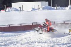 Κόκκινο και μαύρο όχημα για το χιόνι Polaris που συναγωνίζεται πέρα από το άλμα Στοκ φωτογραφία με δικαίωμα ελεύθερης χρήσης